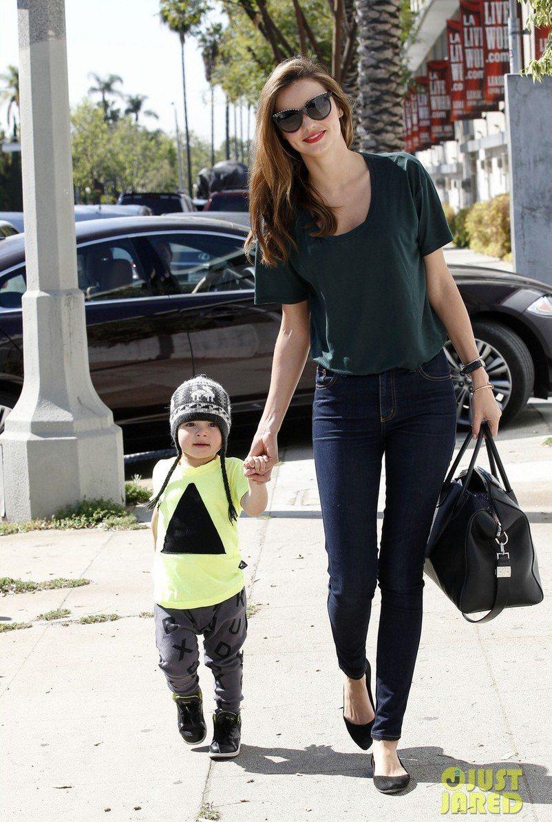 米蘭達可兒Miranda Kerr的兒子Flynn身NUNUNU童裝。圖/翻攝自...