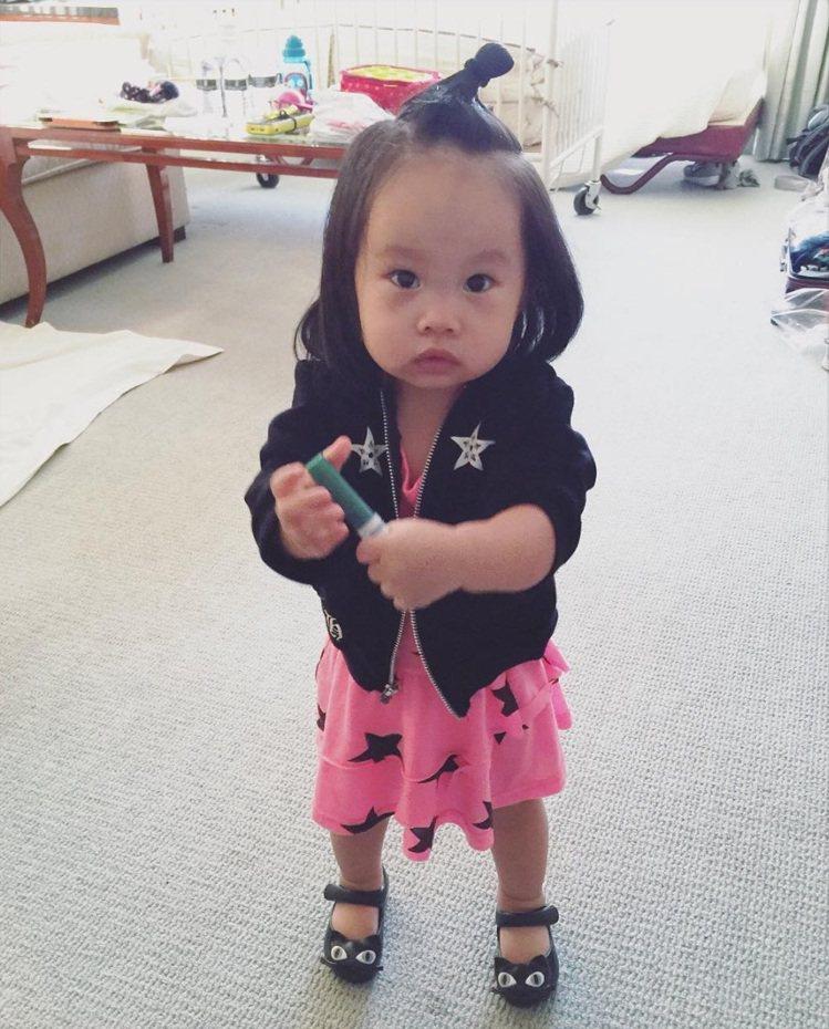 關穎女兒CC穿NUNUNU粉紅星星洋裝。圖/翻攝自關穎臉書