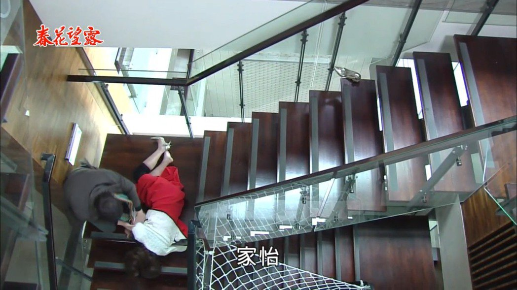 廖家儀戲中摔樓梯,倪齊民驚嚇急奔探看。圖/擷自民視戲劇頻道youtube