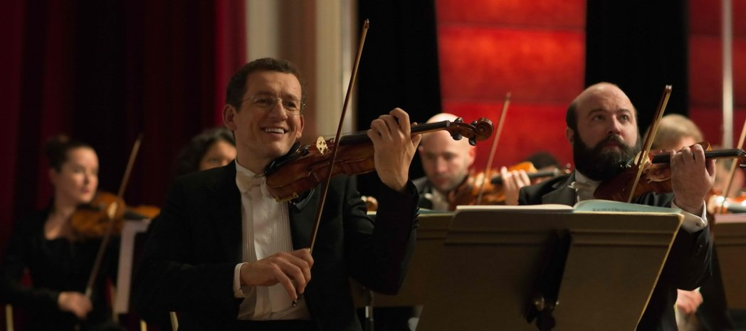 丹尼波恩在「金金計較」演超摳門小提琴手。圖/海鵬提供