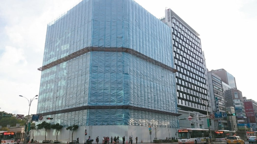 歷經五、六年的都更程序,位於台北市南京東路、松江路口的亞洲信託大樓終於要拆了,七...