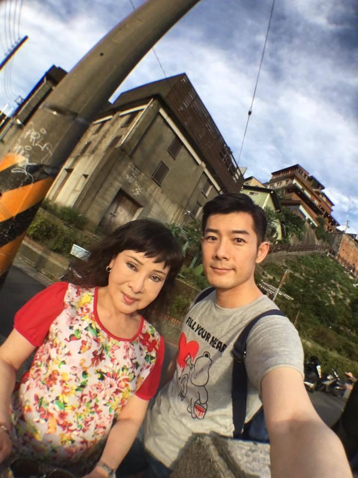 施易男(右)與媽媽感情深厚。圖/摘自施易男臉書