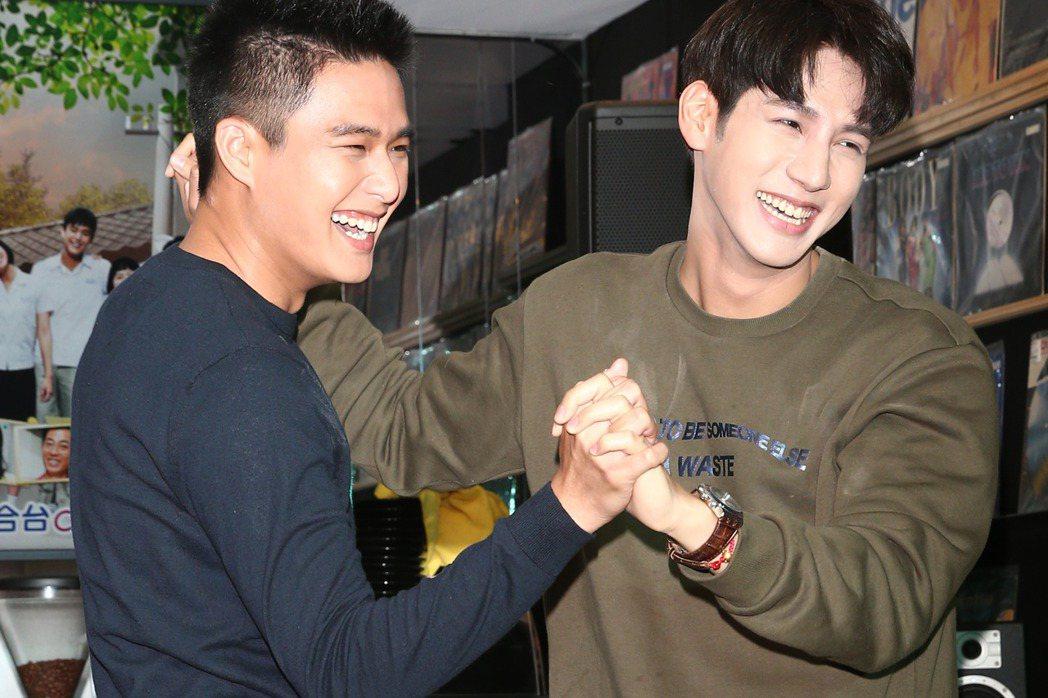 演員黃仁德(右)與安俊朋(左)一起出席「美好年代-經典版」粉絲同樂會,安俊朋慘遭
