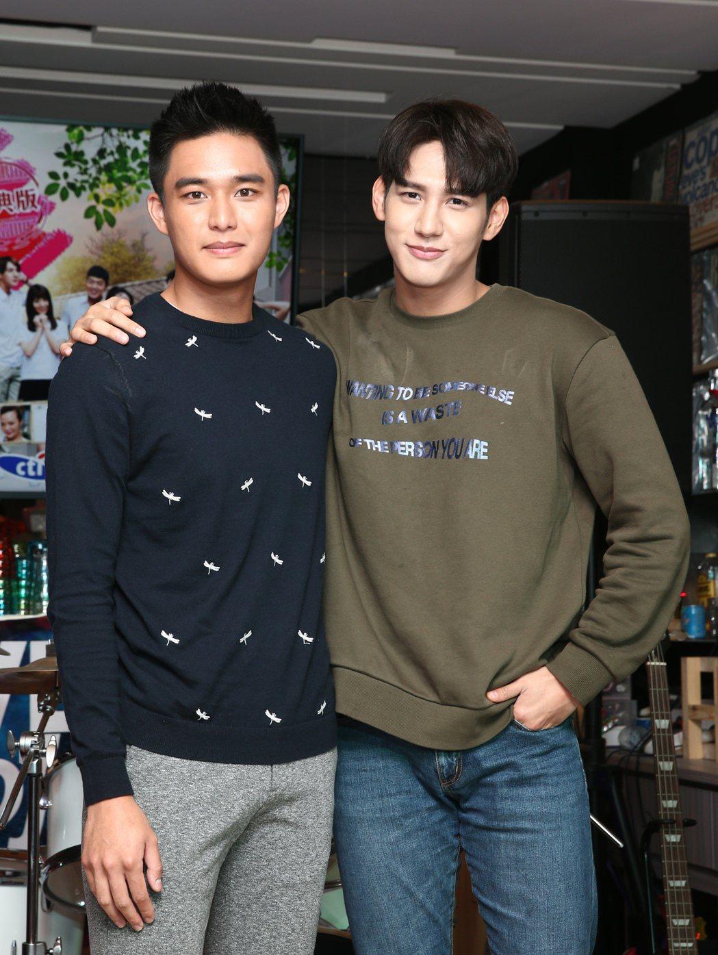 演員黃仁德(右)與安俊朋(左)一起出席「美好年代-經典版」粉絲同樂會,安俊朋慘遭...