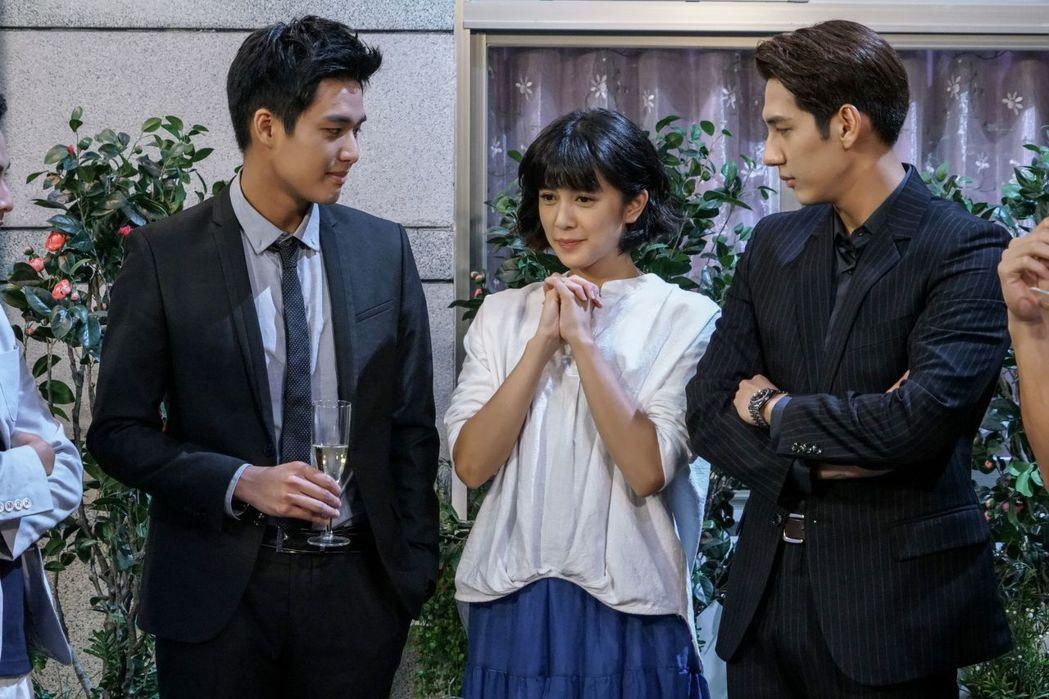 劉奕兒演出「美好年代」周旋於黃仁德(右)、安俊朋之間。圖/中天提供