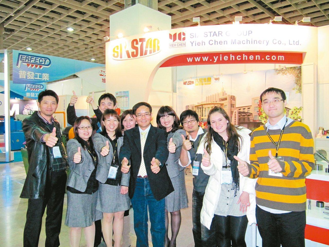 六星集團董事長特助黃呈豐(左)、羿晨機械總經理黃進霖(中)與行銷團隊。 六星集團...