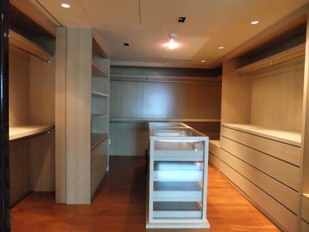 名媛陸勝文的帝寶主臥內更衣室,大小有如精品專櫃。記者游智文/攝影