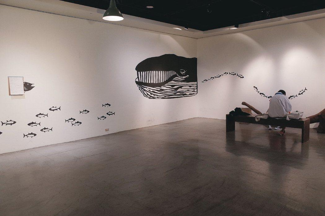 藝術家黃小橘透過剪紙講述「來自東海的人」故事,靈感來自其冰島旅行的見聞,藉由美麗...