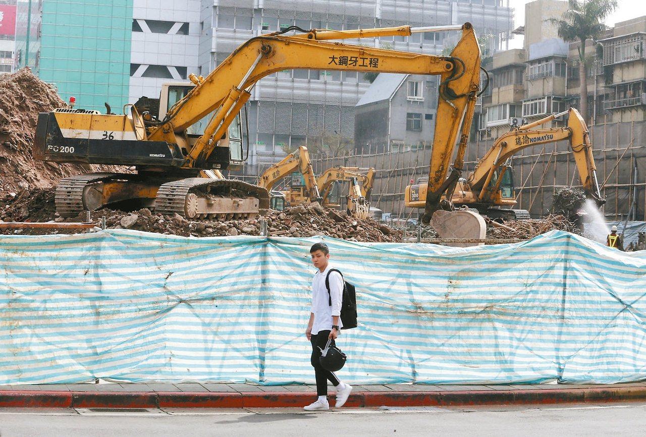 內政部次長花敬群上午表示,為加速國內老舊住宅都市更新,內政部將在3月1日立法院開...