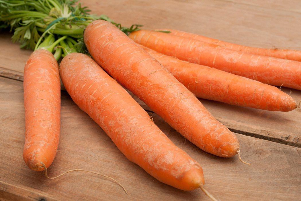 胡蘿蔔、彩椒、芒果等橙黃色蔬果還富含β胡蘿蔔素,可以在體內轉化為維生素A,有助於...