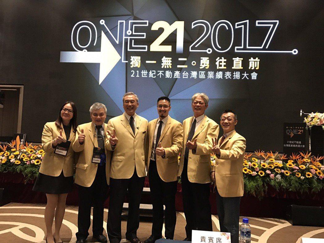 21世紀不動產21日舉行台灣區業績表揚大會,董事長王福漲(左三)表示,房市最壞的...