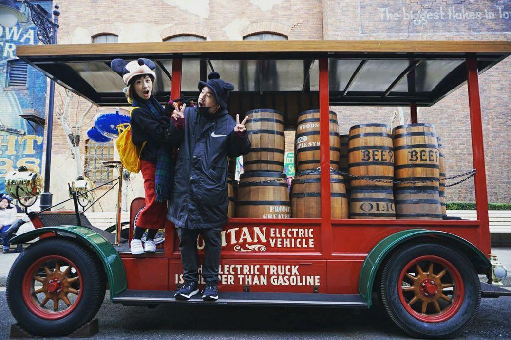 Lulu(左)與阿達(右)同遊東京迪士尼。 圖/擷自阿達臉書