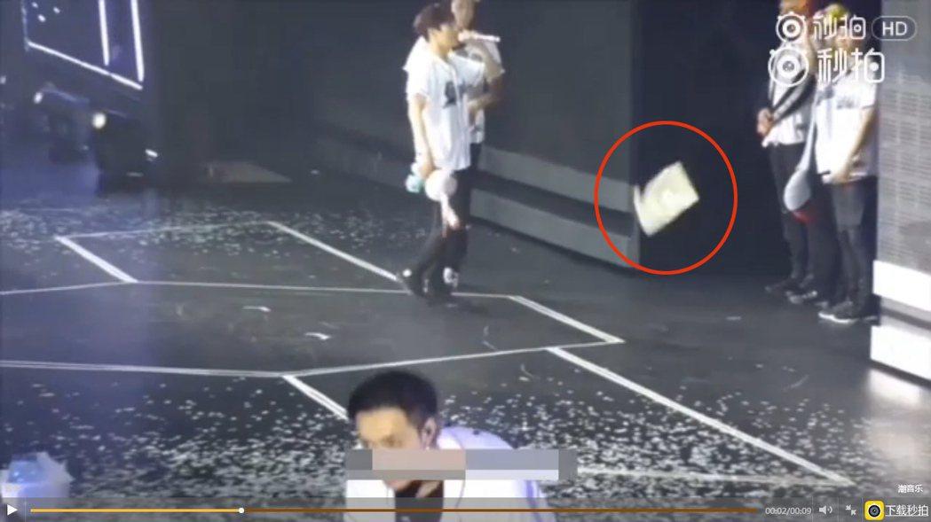 粉絲丟垃圾往台上丟,EXO張藝興差點被砸中。 圖/擷自秒拍
