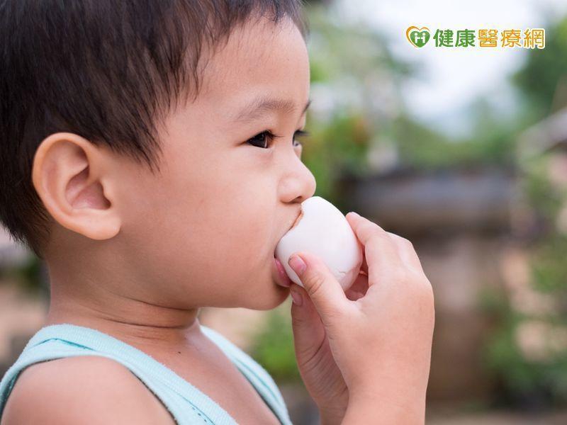 醫師表示,多數對蛋過敏的孩子是對生蛋、半熟蛋、蛋白等過敏,對蛋糕、麵包等,並不會...