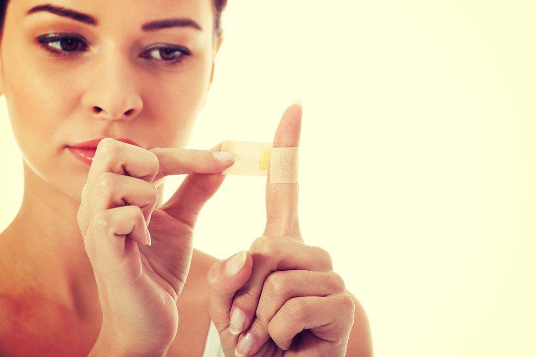 醫師指出,傷口應用可保濕的傷口敷料,才能讓傷口好得快、不留疤。 圖/shutte...