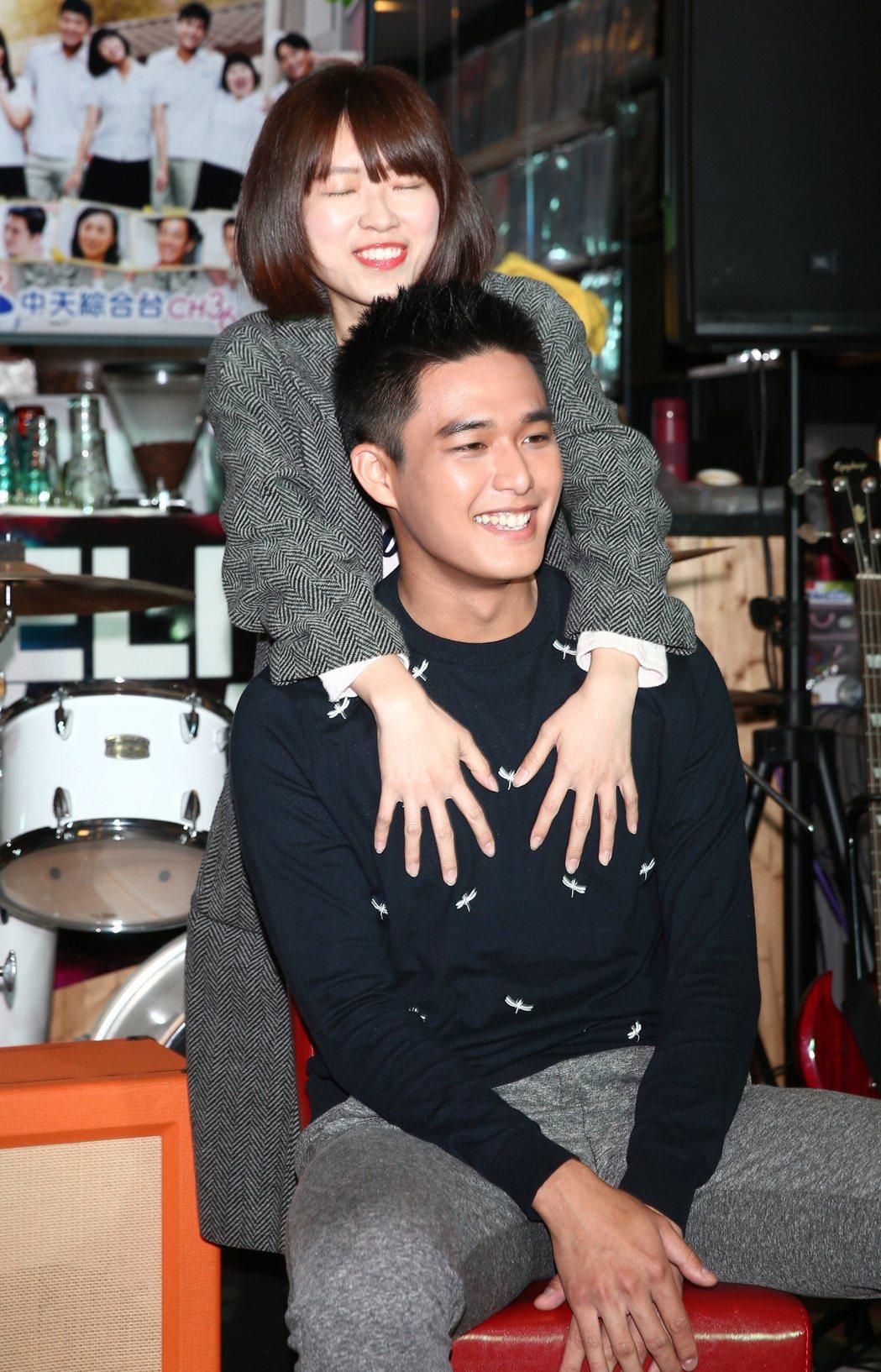 演員安俊朋出席「美好年代-經典版」粉絲同樂會,慘遭粉絲雙手襲胸。記者蘇健忠/攝影