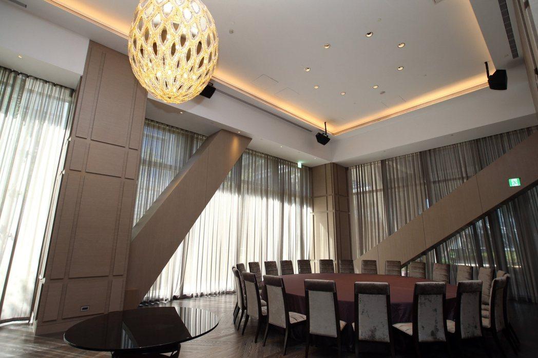 俱樂部軟硬體與台北萬豪酒店結合, 宴會廳規劃24人大圓桌,並有視聽設備與萬豪師傅...