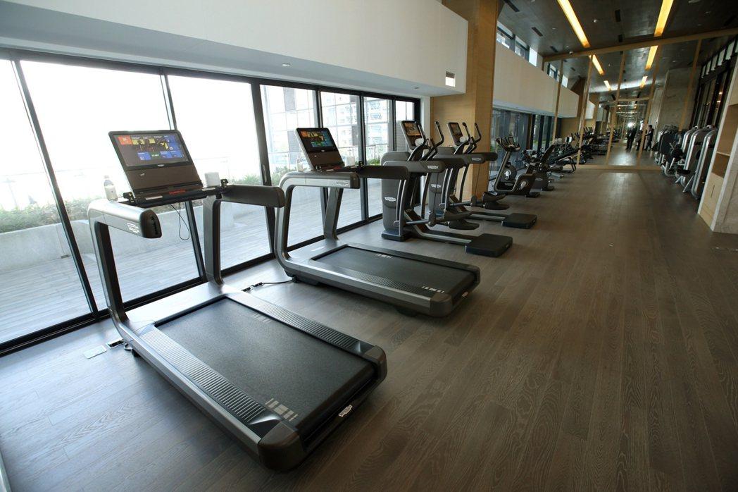 健身房引入全球頂級俱樂部專用的跑步機,每部市價超過100萬元。