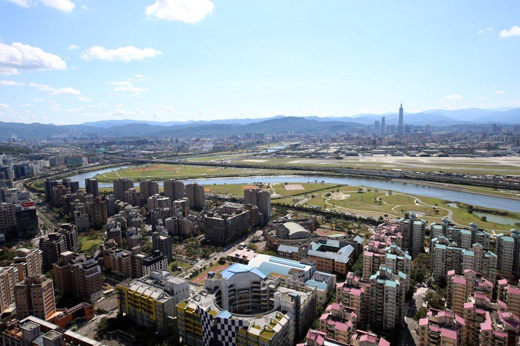 面河戶直眺基隆河河濱綠地、松山機場與台北市景,與台北101大樓、新光摩天大樓,形...