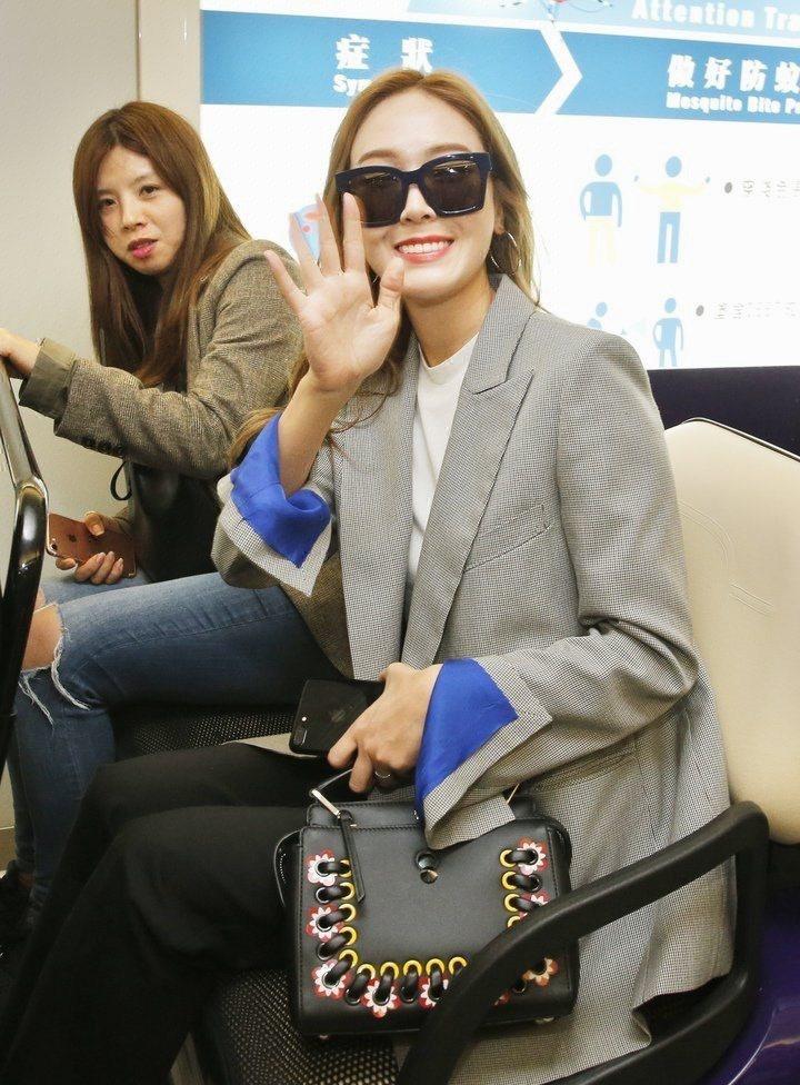 Jessica秀Dotcom手袋。圖/FENDI提供