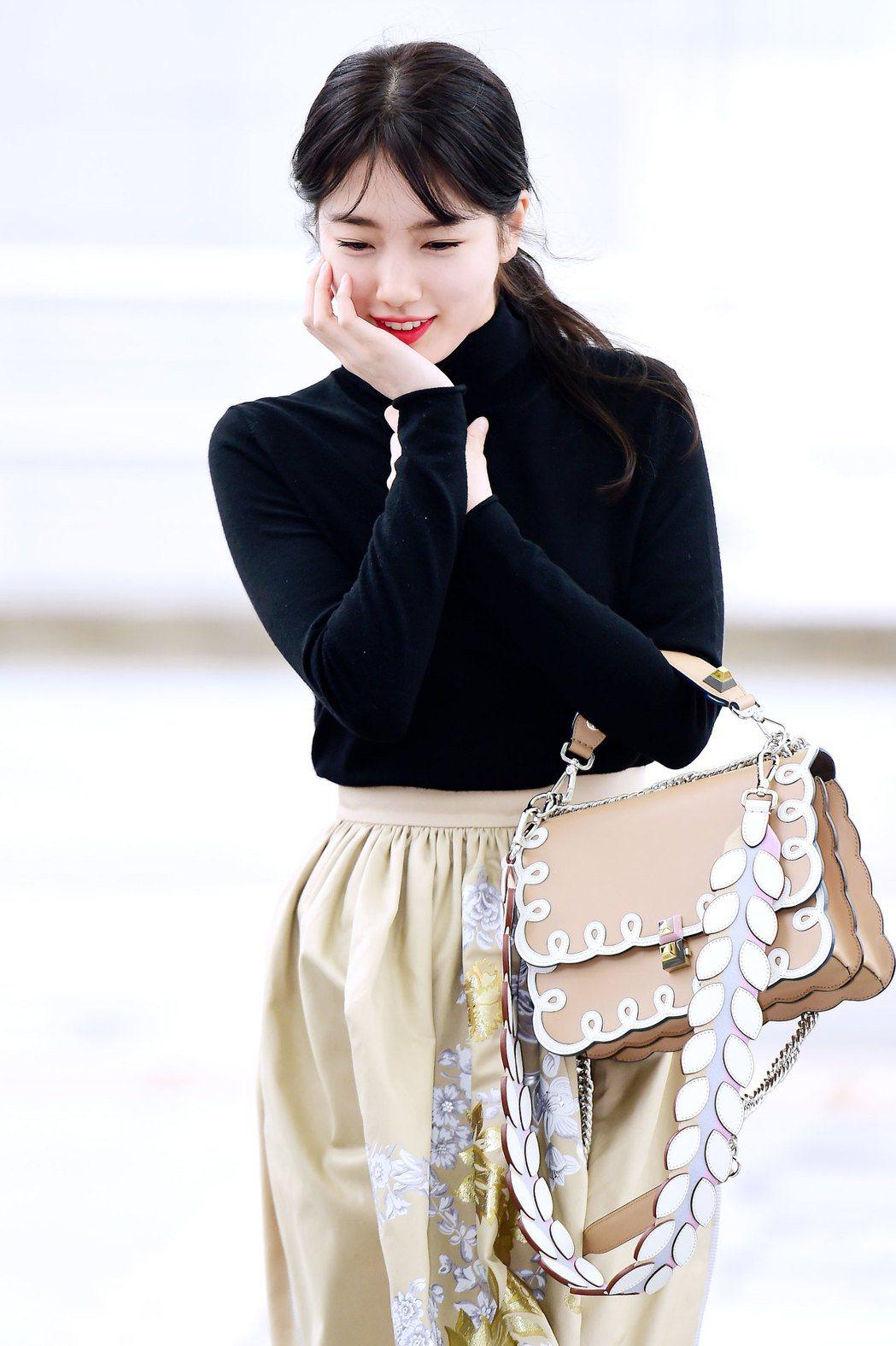 秀智在仁川機場被捕捉到甜美笑容。圖/FENDI提供