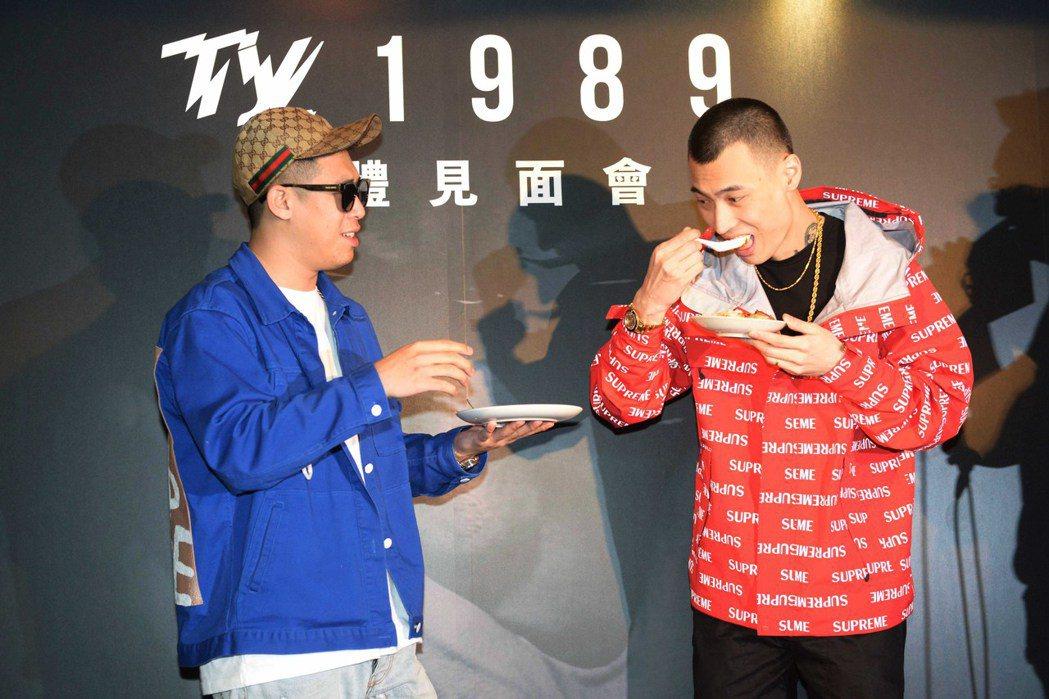 健志(左)幫TY.發片記者會站台,並帶來滷肉飯。圖/混血兒娛樂提供