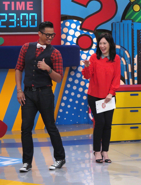 黑人(左)愛捉弄徐薇,幾次惹火她有些生氣。圖/TVBS提供