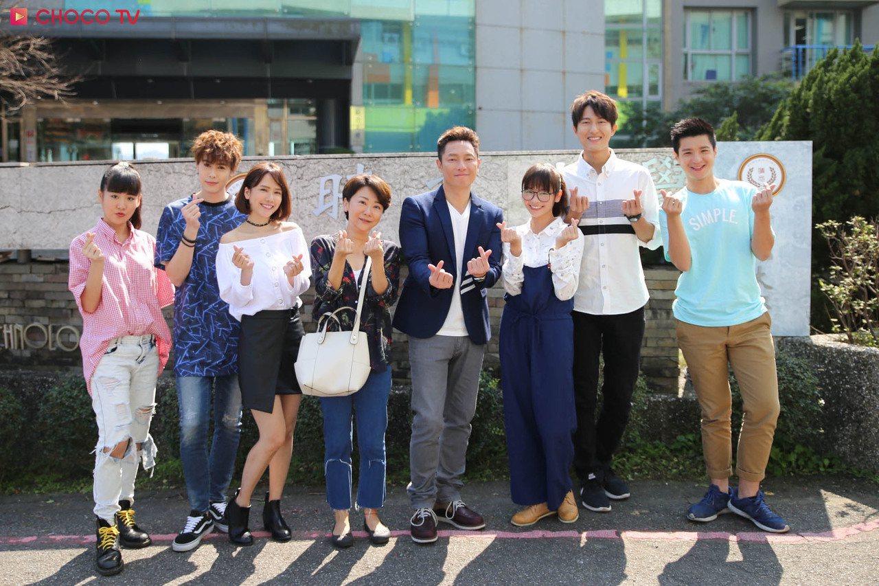 何宜珊(左起)、Teddy、方語昕、曹蘭、謝祖武、黃姵嘉、邱昊奇、龍三合作「老爸