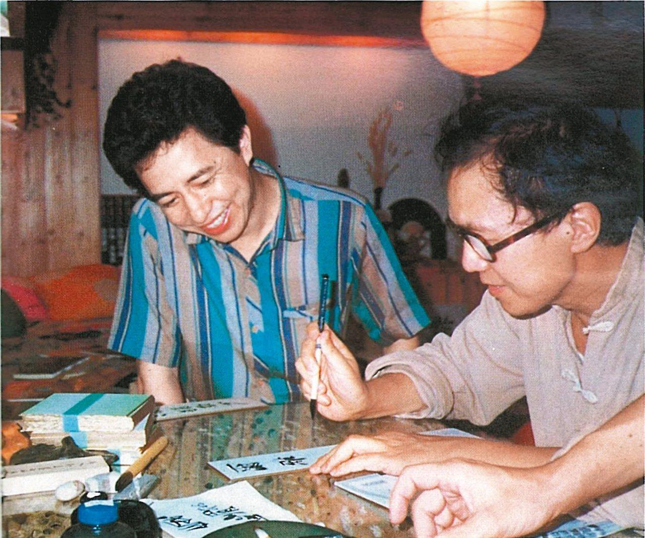隱地(左)看著楚戈寫「爾雅」,他一生奉獻精力和心力的兩個字。 圖/隱地提供