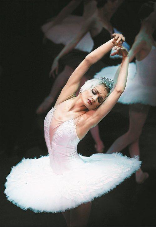 被譽為俄羅斯第一天鵝的芭蕾巨星伊蓮娜,演出白天鵝的劇照。 圖/聯合數位文創提供
