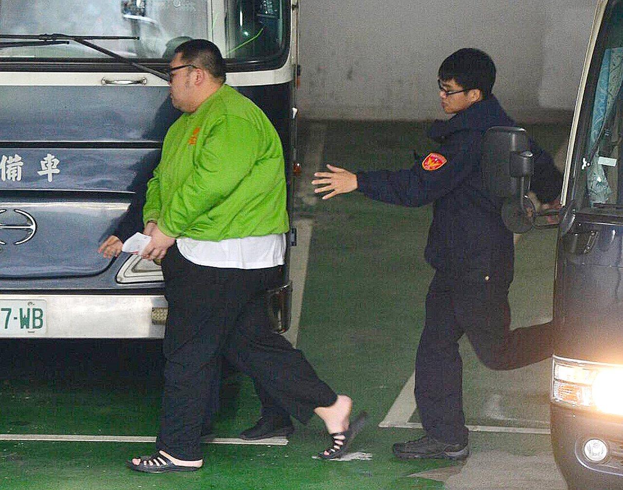 台北市「W」飯店女模命案中,綽號「土豪哥」的朱家龍被依轉讓偽藥、禁藥致死罪起訴,...