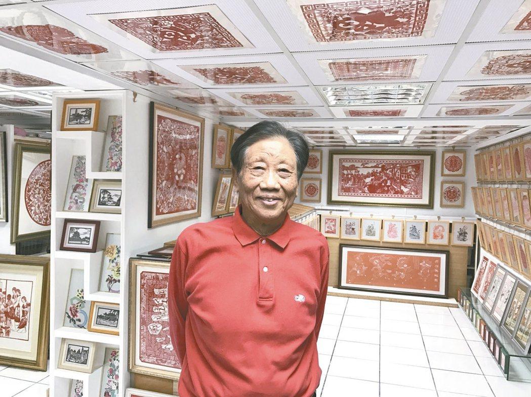 他的珍藏從牆面到天花板,儲孫寬的收藏室擺滿了他從兩岸三地收集而來的剪紙藝術。...