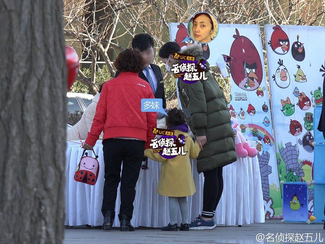黃磊的老婆孫莉女兒「多多」逛廟會。 圖/擷自名偵探趙五兒微博