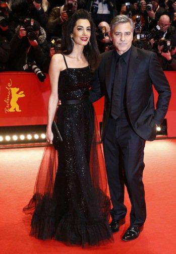 好萊塢男星喬治克隆尼(右)與愛妻阿瑪爾(左)。 美聯社