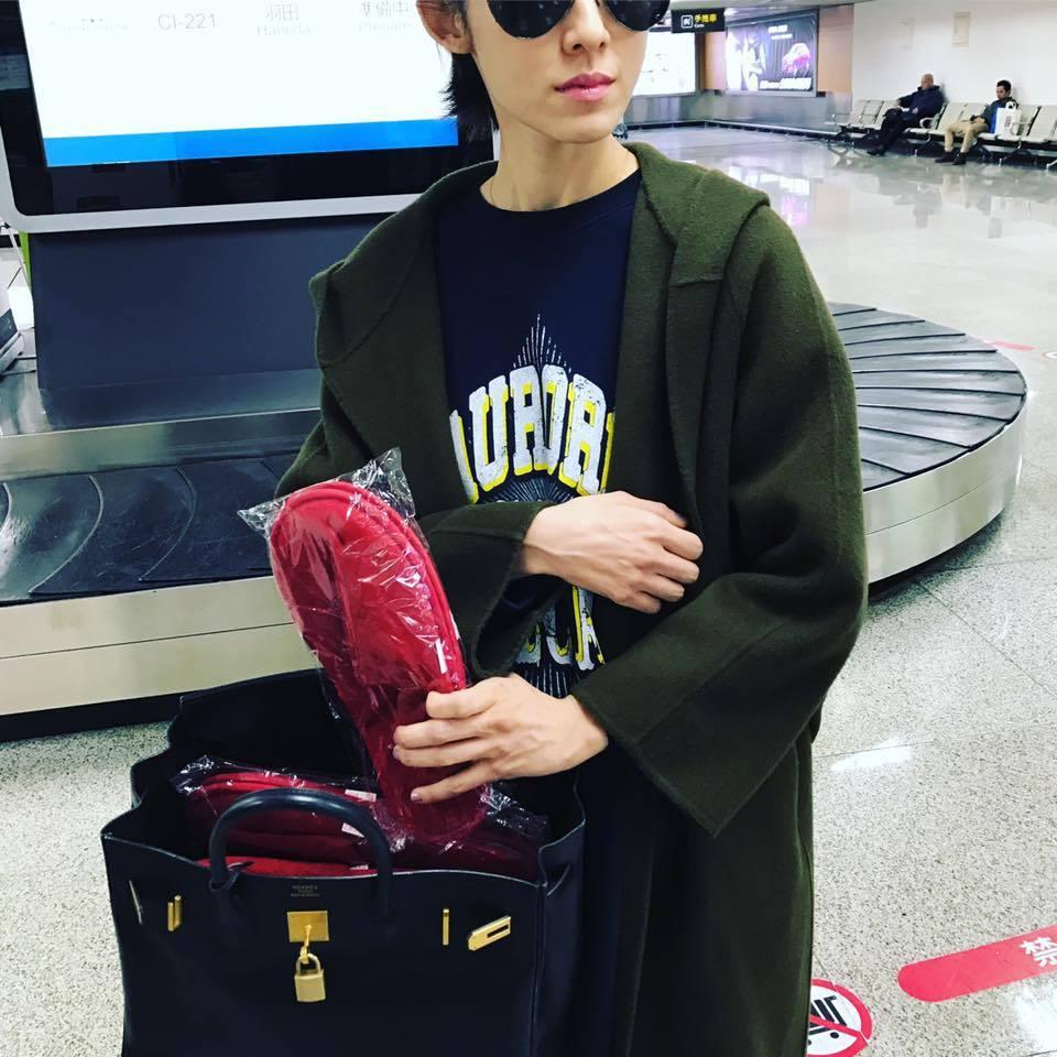 范范之前秀出自己向飯店、空服員多要的拖鞋。 圖/擷自范范臉書