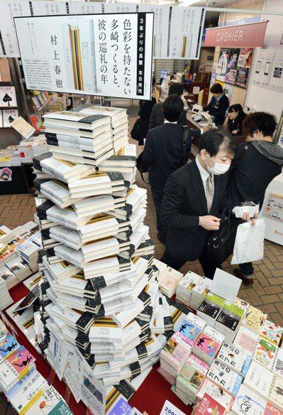 村上春樹睽違四年的長篇小說今在日本上市,各大書店大量備貨準備迎接村上迷搶購。圖為...