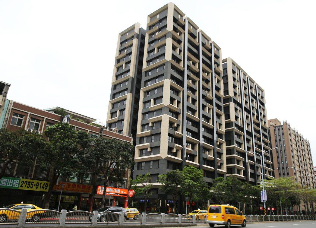 國產署昨標售台北市「東西匯」14戶,底價6470萬至8251萬元,但因為無人投標...
