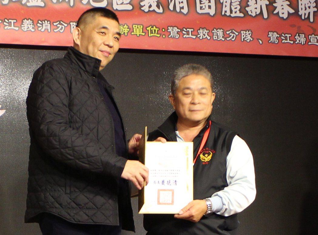 義消捐贈儀式,與新北市消防局長黃德清合影。記者陳雕文/翻攝