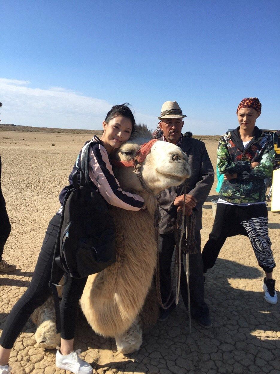 華千涵在新疆拍戲和駱駝拍照  圖/麥子娛樂提供