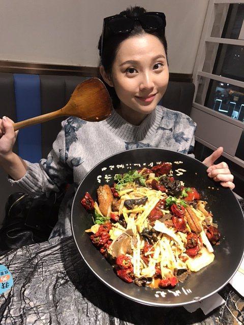 愛吃辣的華千涵在北京吃得很過癮  圖/麥子娛樂提供