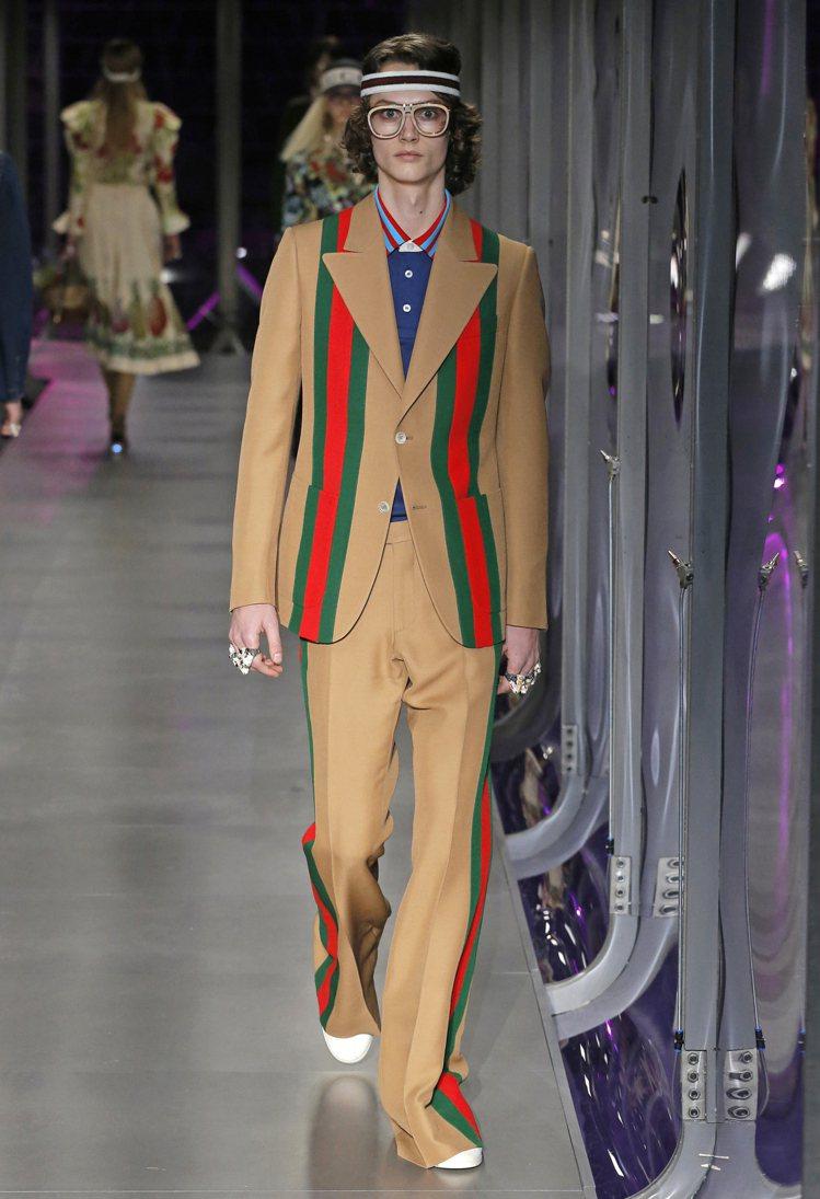 每一季都會出現的品牌經典條紋織帶也透過多樣性的圖騰與組合呈現。圖/Gucci提供