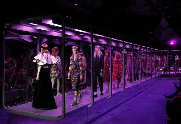 金字塔聳立在充滿神秘紫色霓虹的服裝秀場中心,被散發實驗室風格的玻璃甬道圍繞著,模...