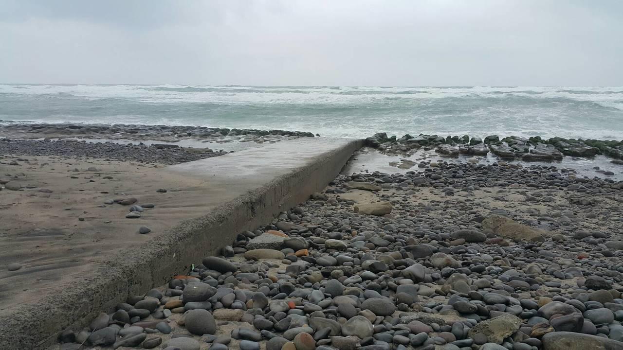 沙灘旁有1條「神秘船引道」會隨潮汐改變,有時被海砂覆蓋,有時整條路現身。圖/石門...