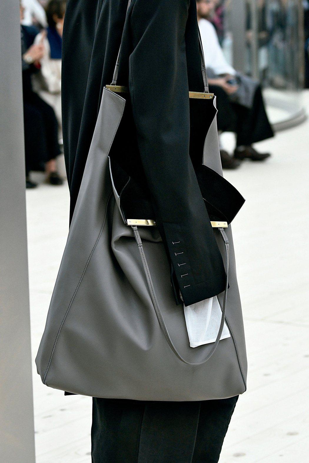 CLASP CABAS墨灰色平滑小牛皮肩背包,售價155,000元。圖/CELI...