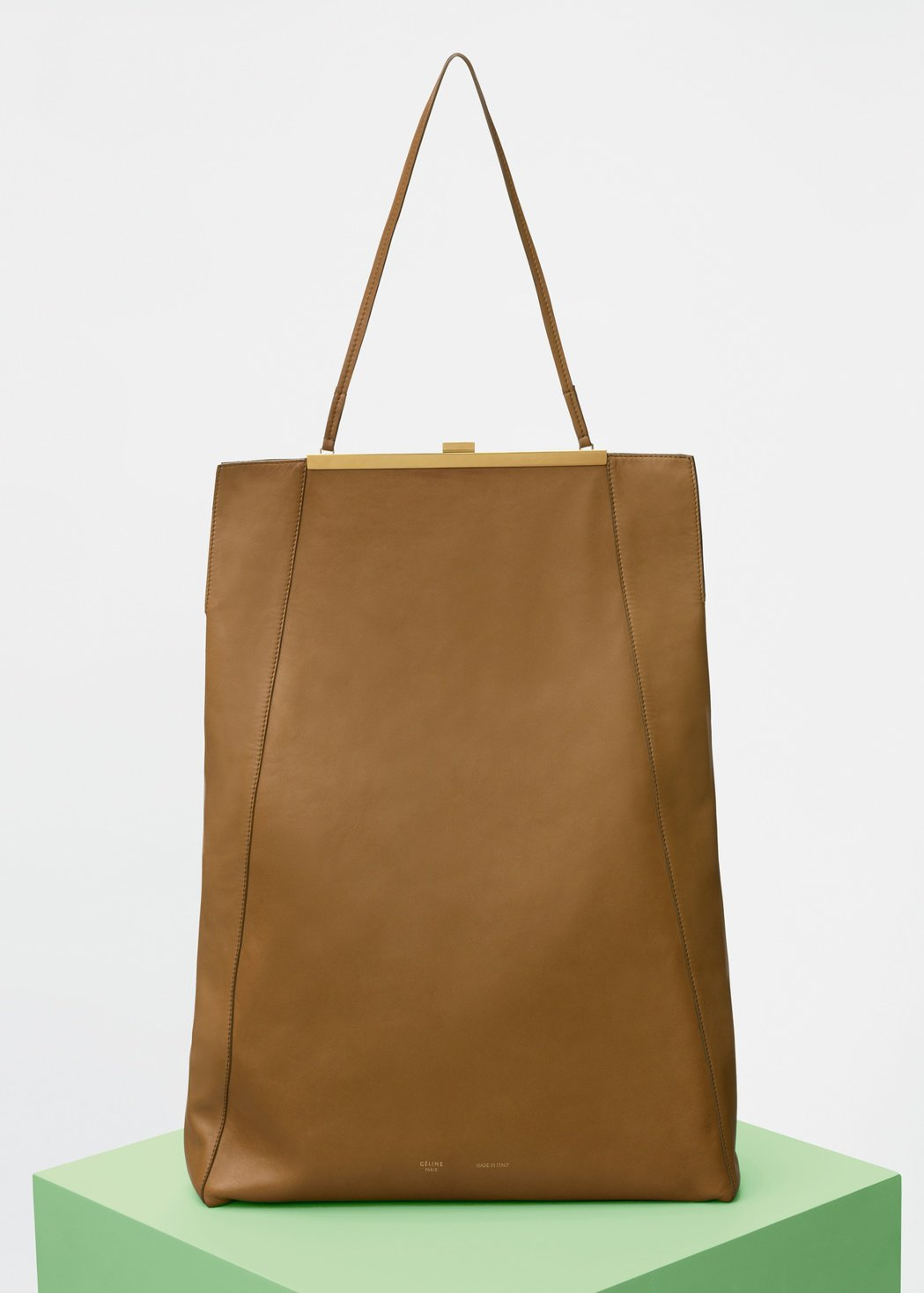 CLASP CABAS金沙色平滑小牛皮肩背包,售價155,000元。圖/CELI...