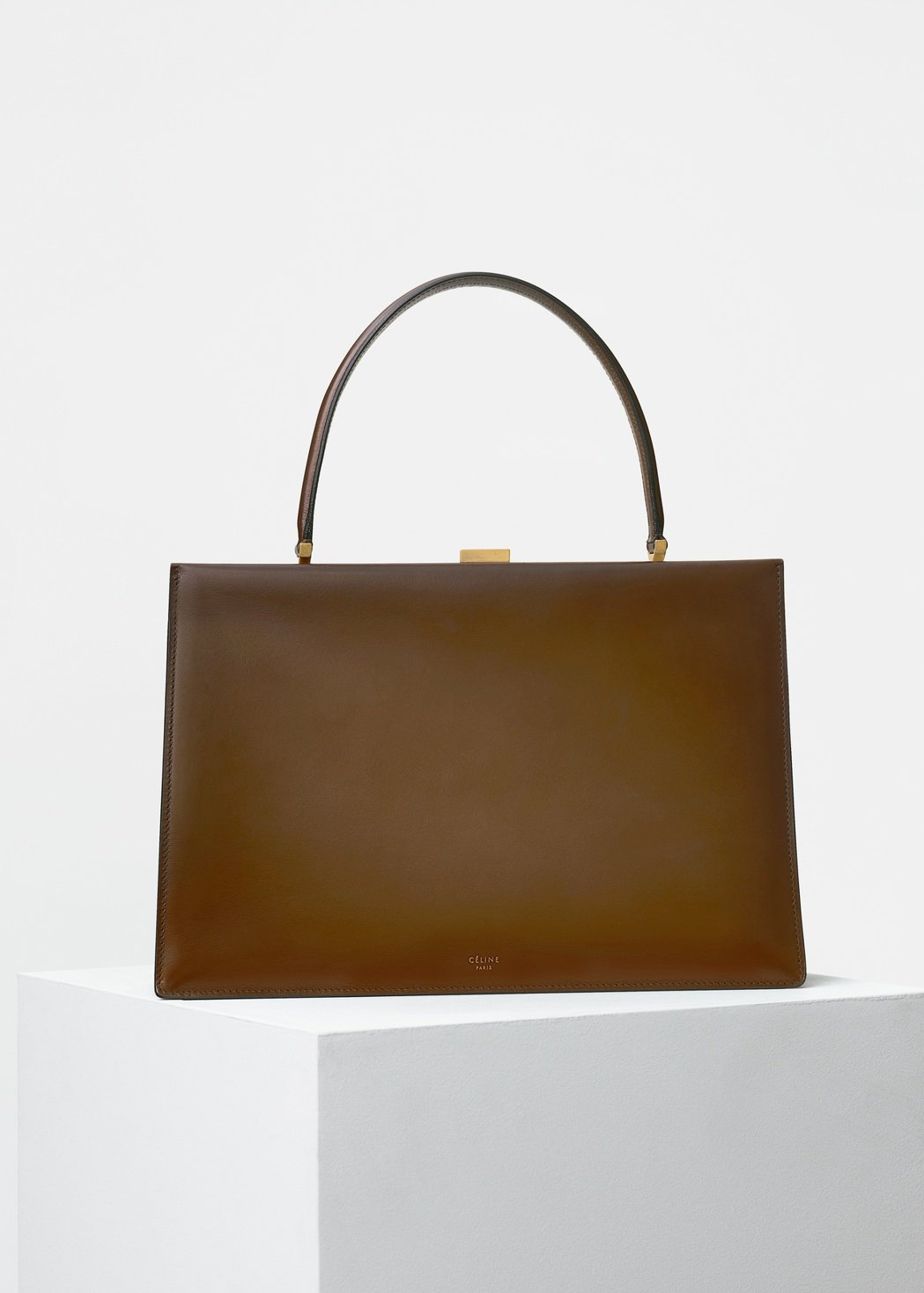 CLASP MEDIUM棕駝色光滑小牛皮手提包,售價130,000元。圖/CEL...
