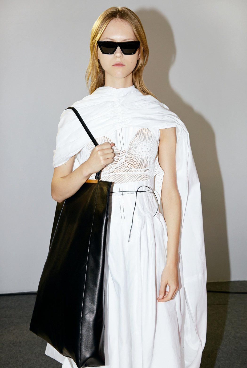 CLASP CABAS黝黑色平滑小牛皮肩背包,售價155,000 元。圖/CEL...
