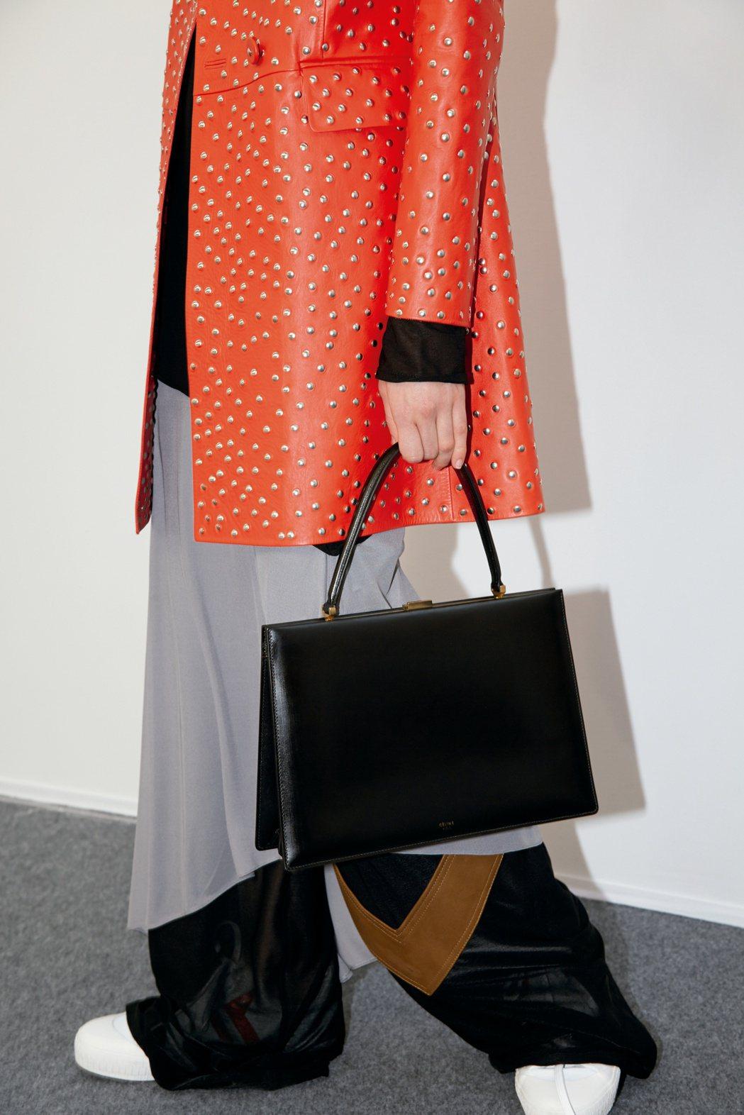 CLASP MEDIUM黝黑色光滑小牛皮手提包,售價130,000元。圖/CEL...