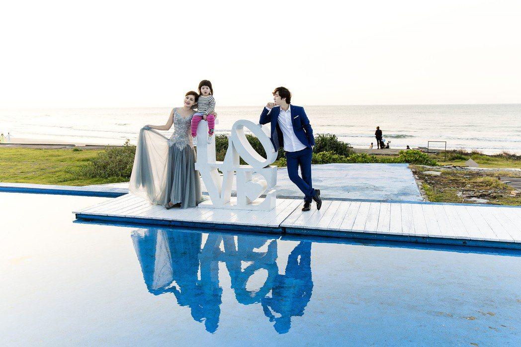 「那對夫妻」為新書重拍婚紗照,粉絲讚老婆Nico撞臉陳妍希。圖/Super Me...