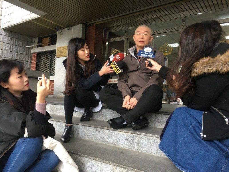 「莊圓大師」出庭後,坐在地檢署的台階上,接受媒體訪問。記者李承穎/攝影